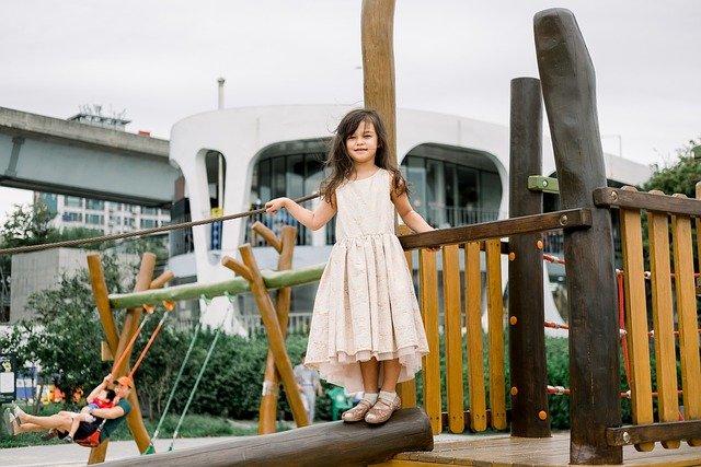 Płyty na plac zabaw – jakie wybrać?
