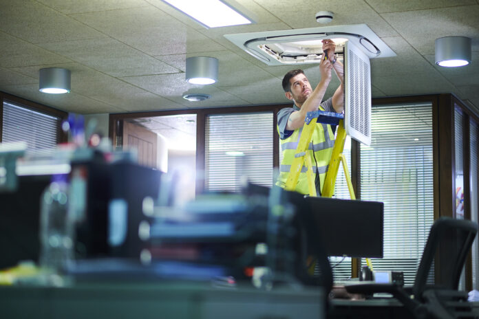 Dlaczego warto zdecydować się na montaż klimatyzacji w biurze?