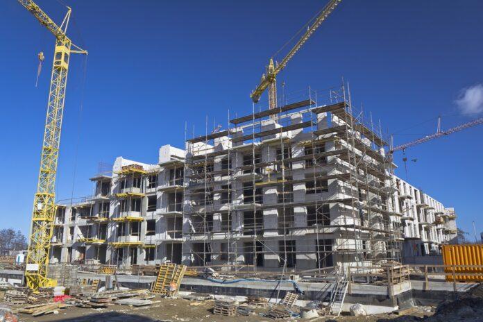 Odpowiednie zabezpieczenie placu budowy z rusztowaniem (ogrodzenia)