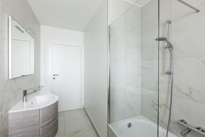 Jak wykąpać małe dziecko w kabinie prysznicowej?